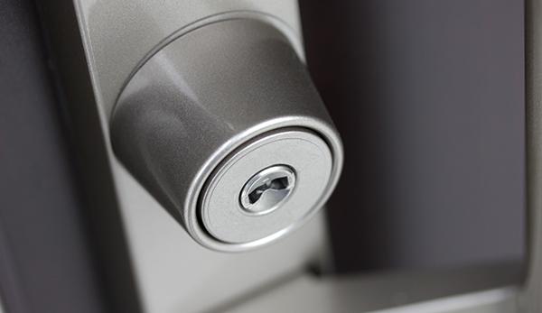 防犯対策には鍵の交換も有効な手段
